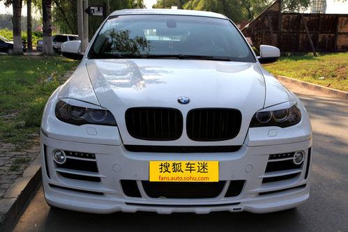 2010/09/01 NO.25 【搜狐车迷-改装栏目】宝马X6是一款结合了轿跑风格的SAV车型,正是由于看中了这一点,很多改装公司纷纷把目光瞄向了X6,在国内耳熟能详的德国改装品牌Hamann(其地位完全可以媲美BMW的M-Power部门)也早已加入其中。至于SAV这种定位全能轿跑SUV的Crossover车型能否为大众审美所接受,实属仁者见仁智者见智,但经过Hamann全面升级之后,相信很多一部分不能接受此款车型的车迷即将为此转投旗下阵营。与其说这次Hamann推出的改装宝马X6在越野能力上并没有什么