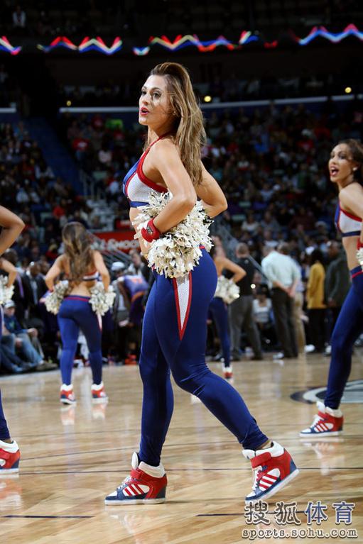 NBA美女啦啦队是赛场上的一道独特风景,她们在场上激情舞动,带给图片