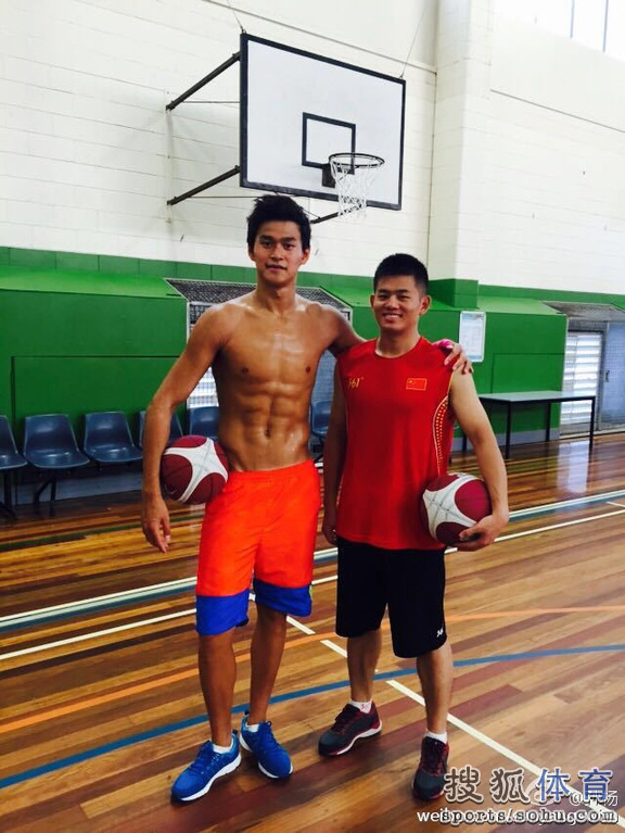 孙杨打篮球腹肌傲人 自称感觉像篮球飞人