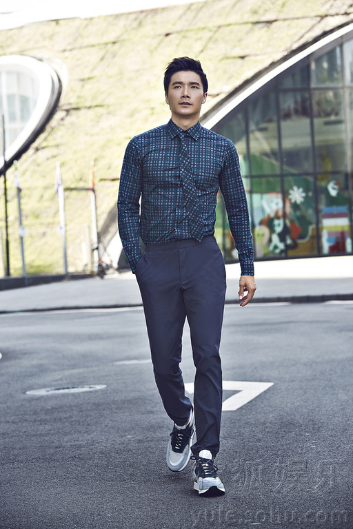 ,演员李泰为《男人风尚》拍摄了一组制服写真,片中李泰身着多款图片