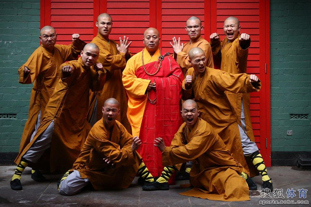 国伦敦,少林寺僧人在唐人街表演少林功夫.-唐人街上演少林功夫