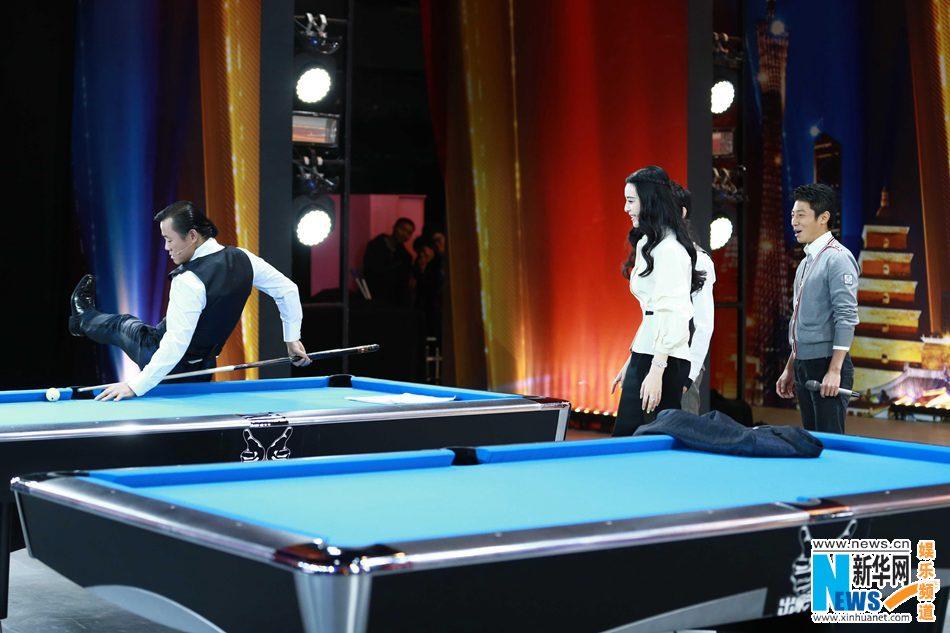 星范冰冰参加《出彩中国人》节目,拿起台球杆现场秀技艺,图为精