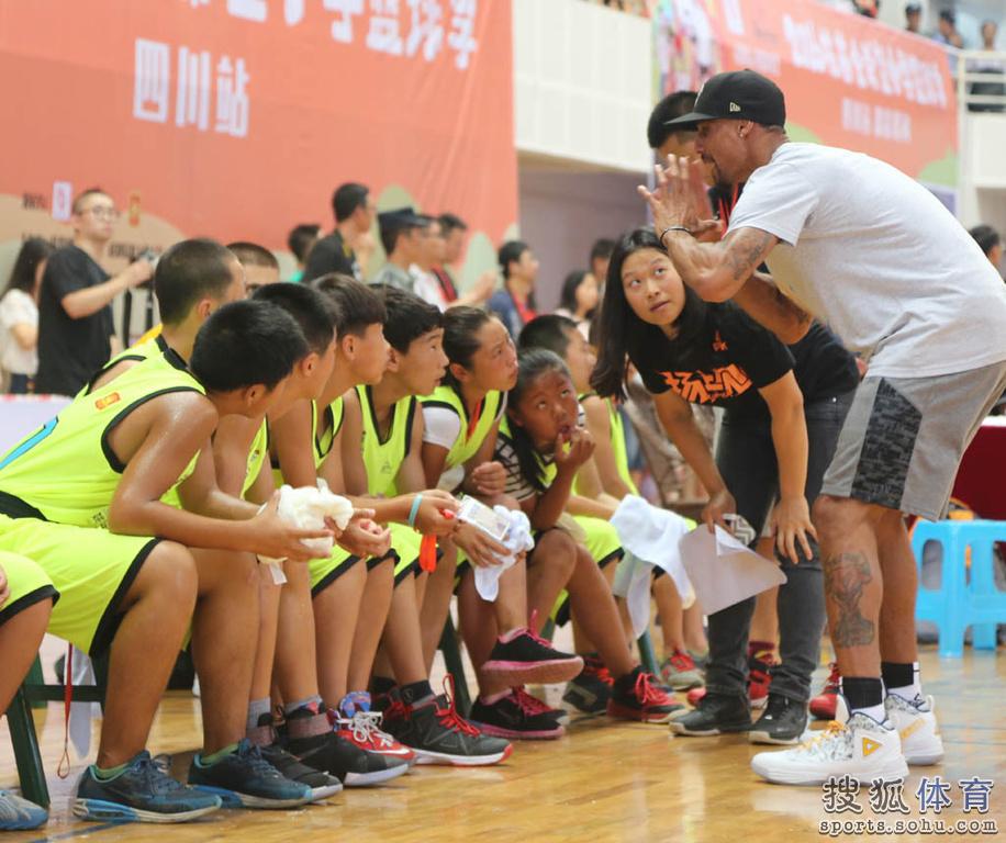 程大学体育馆,与姚明一起指导姚基金希望小学篮球季四川省的孩子