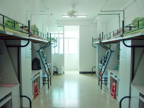 四川大学,干净整洁的大学宿舍,室内学生设备一应俱全.倾斜式的书