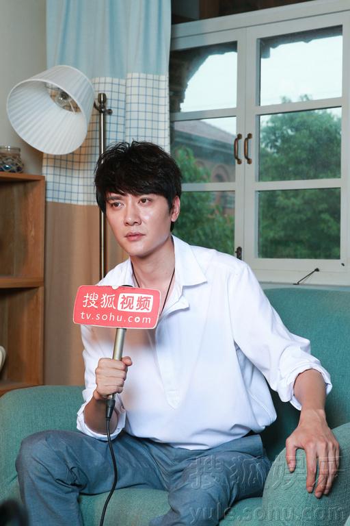 站在记者面前的冯绍峰,干净斯文,帅气且消瘦,有那么一丁点的