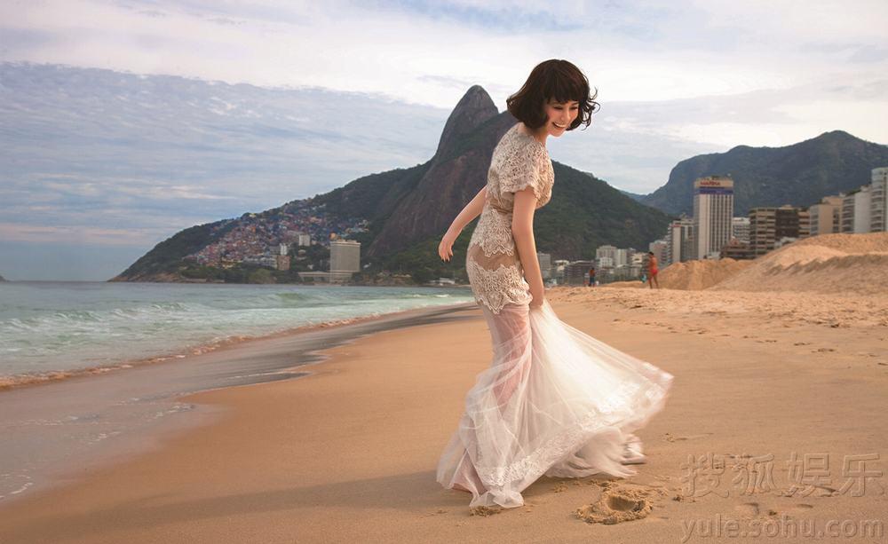 海清沐浴阳光拍沙滩大片 裙舞飞扬化身微笑女神