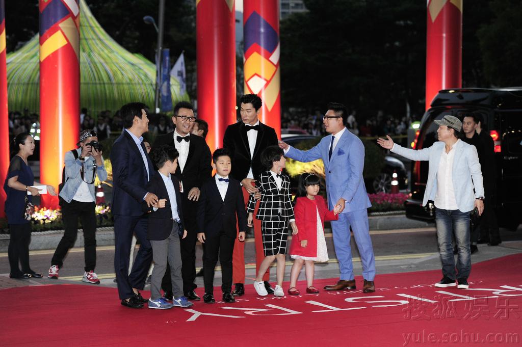 星爸萌娃红毯牵手 爸爸 抢镜釜山电影节图片