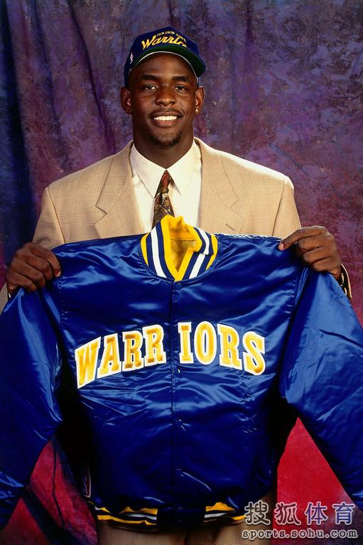 """1993年,克里斯-韦伯赶在NBA设立新秀工资帽前,从大学的""""密"""