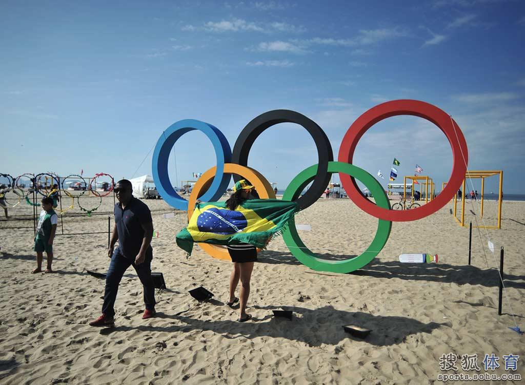 西国旗合影留念.-组图 海滩巨型五环受热捧 巴西民众举国旗自拍图片
