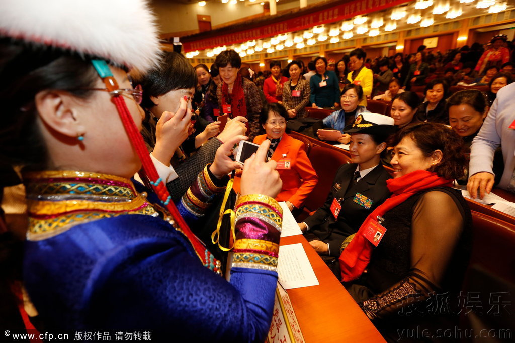 宋祖英帅气军装出席妇女大会 遭代表疯狂围拍