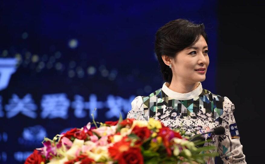乐讯 23日,央视主持人周涛参加一场关爱自闭症儿童的慈善活动.