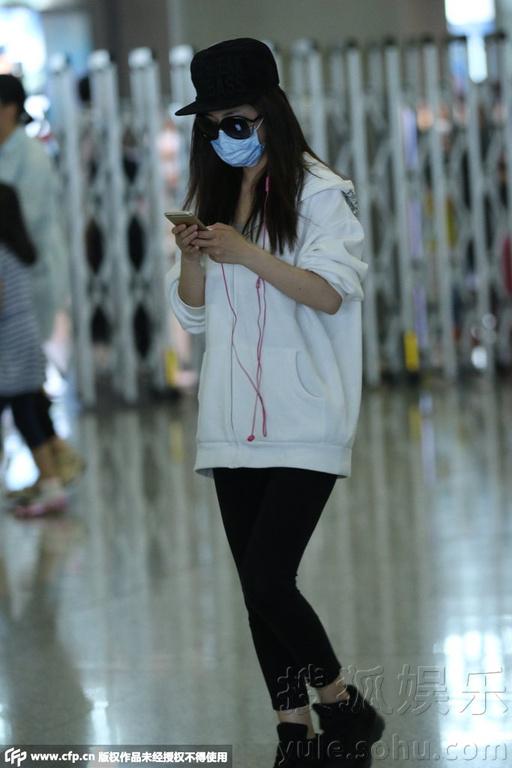 ...武装返回北京获友人接机并送上花束.一路上电话不离手的她...