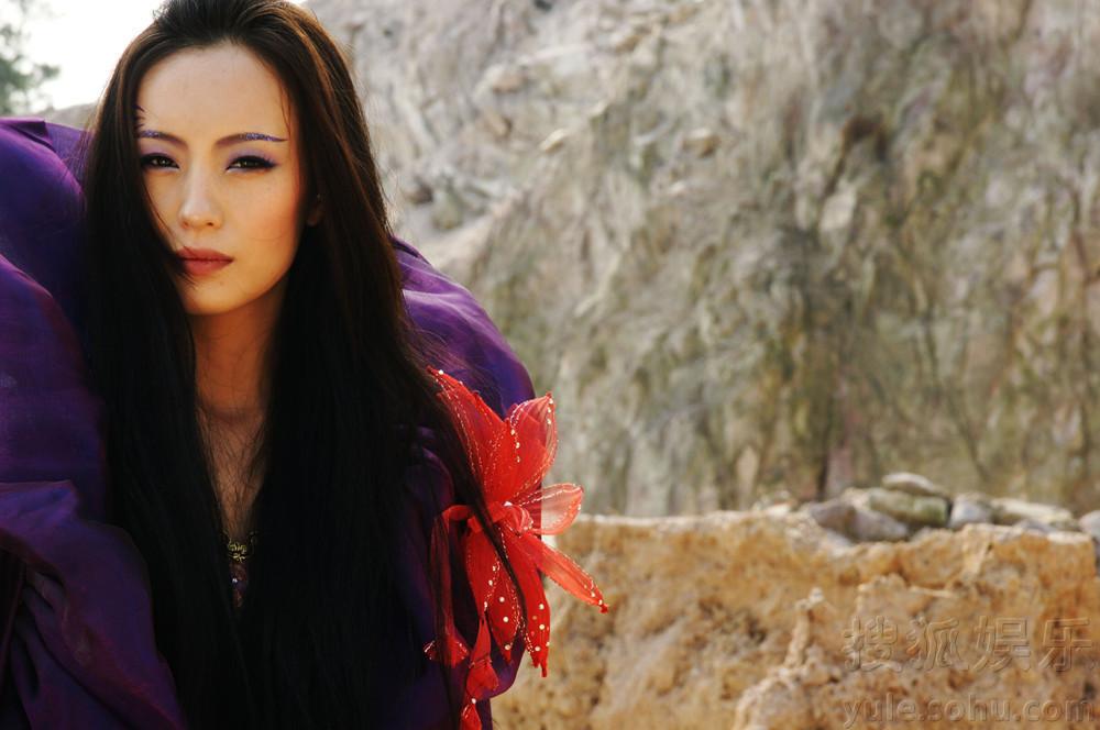 """片中,她气场强大,与范文芳饰演的雪柔一对亲密""""姐妹花""""."""