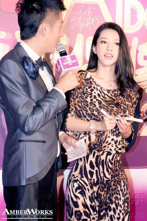 潘霜霜受邀出席亚洲偶像盛典 豹纹美女简约性