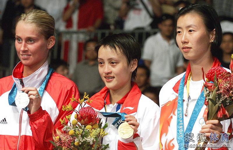 2000年悉尼奥运会羽毛球女子单打半决赛,丹麦的马尔廷以2:0...