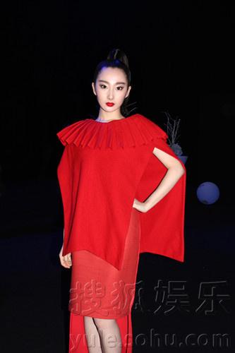 秀现场青年演员程媛媛应邀参加,当晚,程媛媛一身性感中国红增