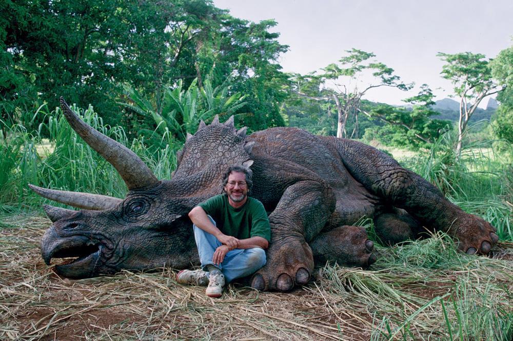 △斯皮尔伯格拍摄《侏罗纪公园》与三角龙的合照