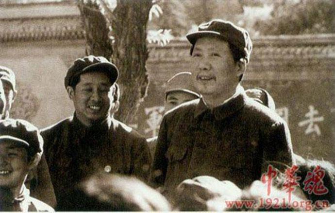 开发表了.图为1949年4月毛泽东在香山接见青少年时的留影,胡