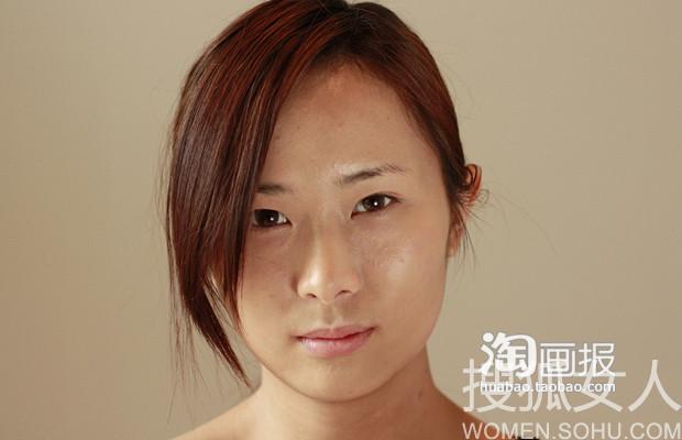 模特皮肤有些暗沉,脸上有痘痘,肤色不均匀.