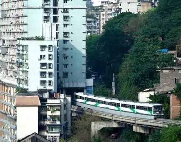 """轨道交通2号线经过重庆李子坝时上演了一场""""穿越"""".-重庆又一建筑"""