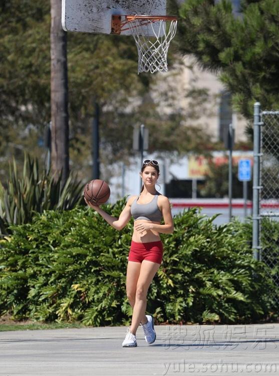 的腹肌让镜头前春光无限.-阿曼达瑟妮热裤打篮球 花花公子女郎展图片