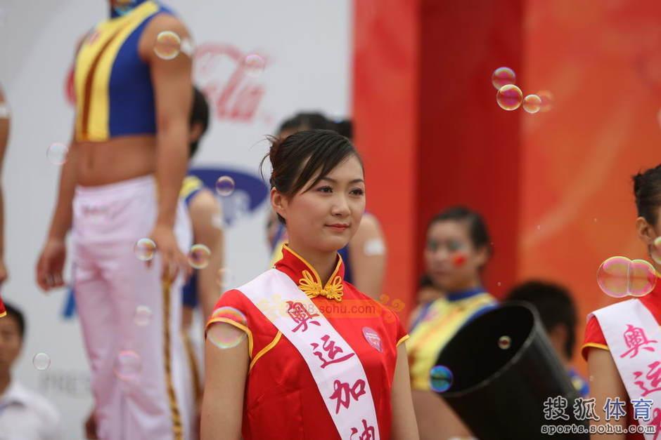 高清图 08奥运礼仪小姐回顾 现身火炬传递现场