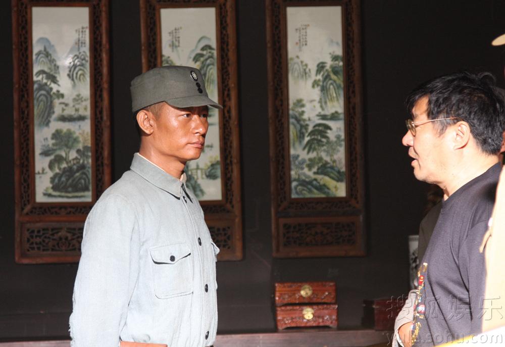 媒体探班.青年演员李健在剧中饰演革命先辈李先念,演绎被毛泽东