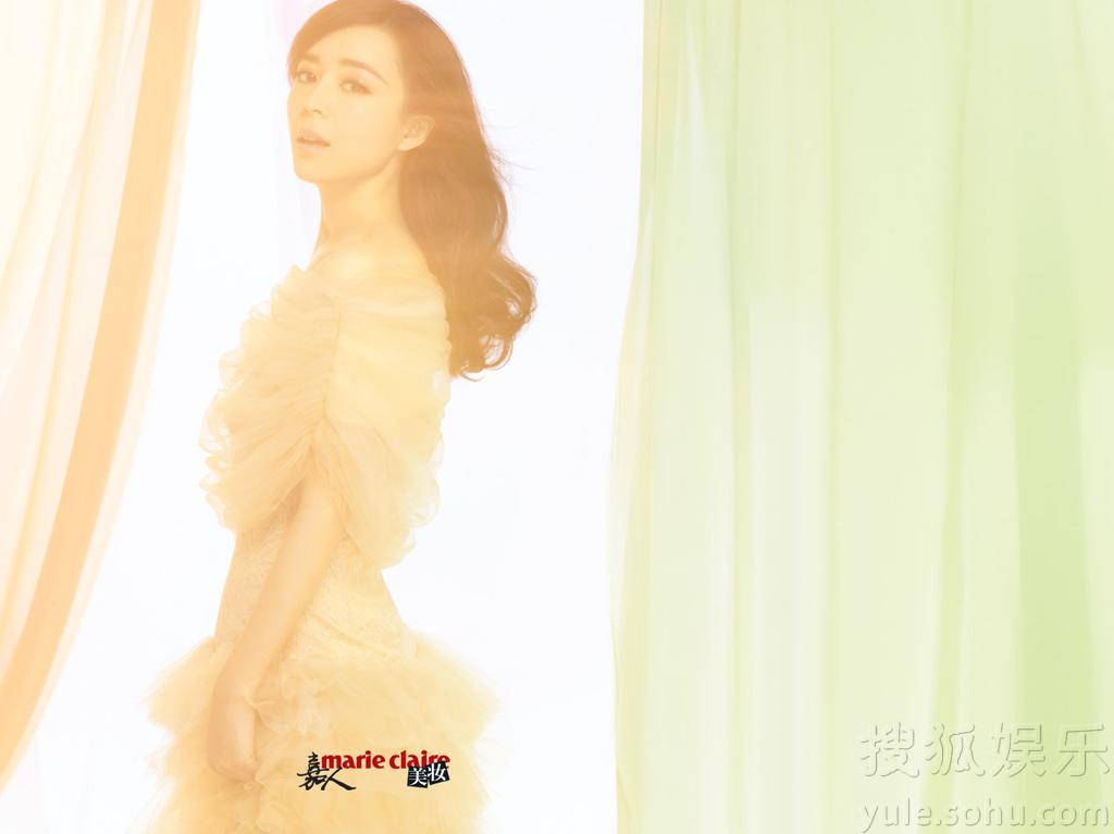 张静初为某时尚杂志拍摄了一组封面美妆大片,性感的红唇搭配飘图片