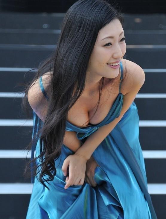 日本情色女王坛蜜俯身秀乳沟泄春光