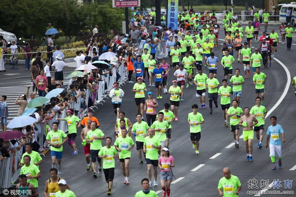 吉林国际马拉松赛开赛 万人开跑场面壮观