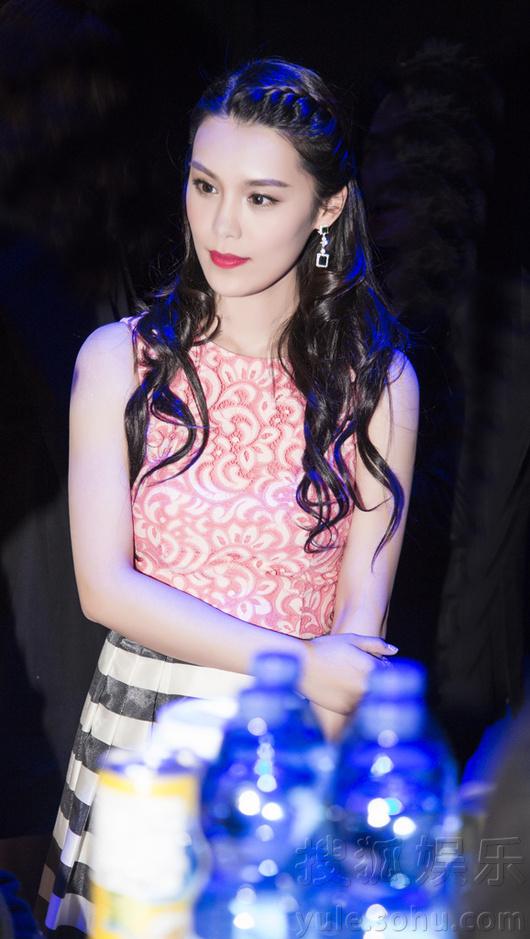 韩丹彤亮相上海时装周 甜美造型展示少女情怀