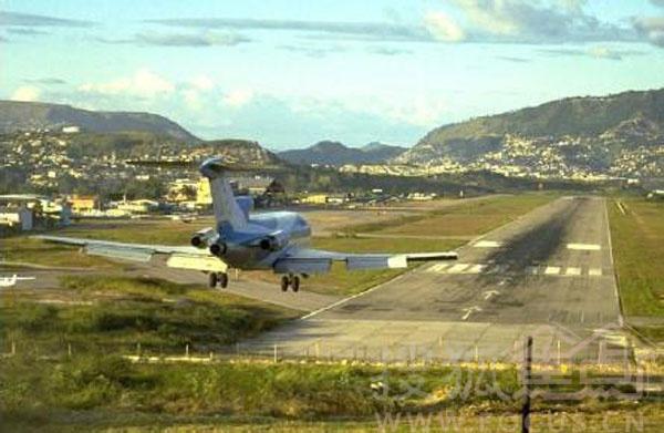 洪都拉斯特岗汀机场 启用时间:1934年1月5日 危险因素:跑道最短的国际机场、有公路穿过、跑道末端是悬崖 特岗汀机场位于洪都拉斯首都特古西加尔巴,坐落在高耸的马德雷山脉中。飞机必须要迅速下降进场,不只是因为周围地形,更重要的是着陆跑道太短。据统计,从1984年起,平均每个月都有3到4起冲出跑道的事故,当然还有更严重的。 1989年,一架未遵照规定进场顺序的客机,直接撞向地面,机上的146名乘客和机组人员中的127人,不幸罹难;1997年美国空军运输机冲出跑道,造成3名美国人死亡;2008年5月,一架小型