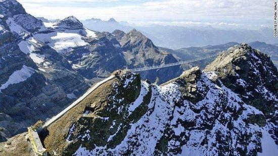 总有些风景,需要你站在高处才可以体验到。虽然在这些惊险的悬索桥上,感觉像是在冒险,但这样风光秀美,又极富有刺激感的悬索桥,在其上步步惊心,总有人会流连忘返的。1.瑞士伯尔尼高原巅峰之行(Peak Walk) 世界首座连接阿尔卑斯山内两座冰川山峰Glacier 3000及Scex Rouge的悬索桥巅峰之行(Peak Walk)在瑞士建成并将全年开放。该桥全长有107米,耗资2百万美元(约合0.