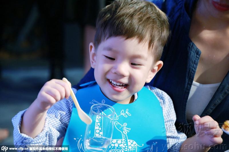 霍思燕杜江为嗯哼办2岁生日会 甜馨捧场变吃货