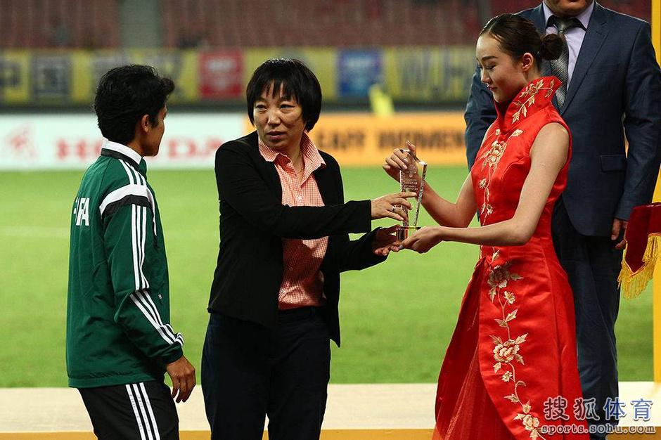 高清图:孙雯现身颁奖吴海燕领奖 朝鲜高举奖杯