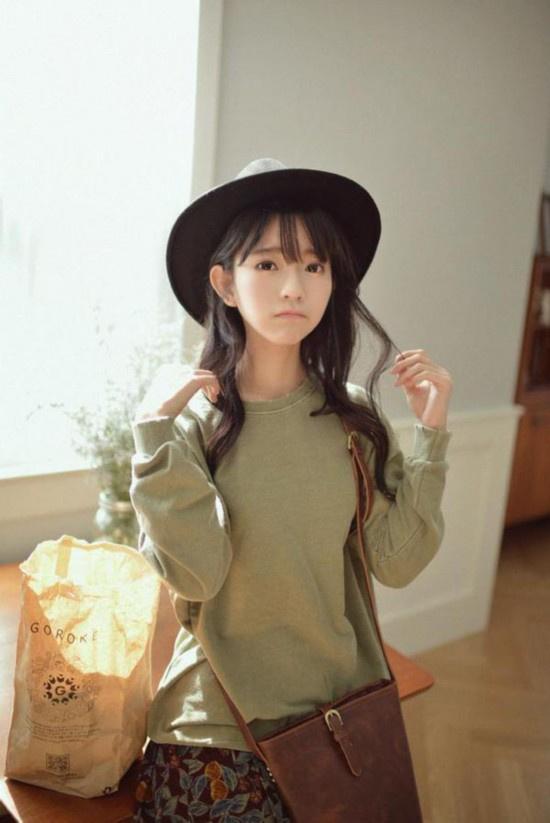 这位1995年出生的韩国美少女因喜爱Lolita fashion,从2014年6月开始登上日本杂志,成为该品牌模特,并由此展开了一系列活动。近期,yurisa在微博上频繁更新自己的近照,不少网友直呼:yurisa小天使美呆,像个芭比娃娃,更有网友直接评论表示:好想整容成yurisa这样!这位1995年出生的韩国美少女俨然已经成为了不少女生心中的整容新模板。