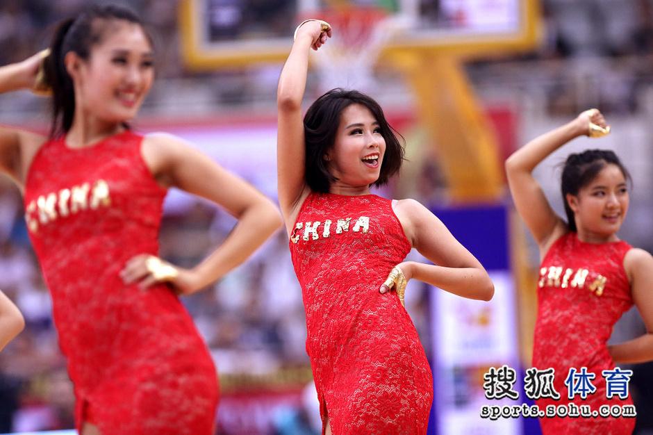 高清:篮球啦啦队助阵斯杯 靓丽旗袍展现中国风