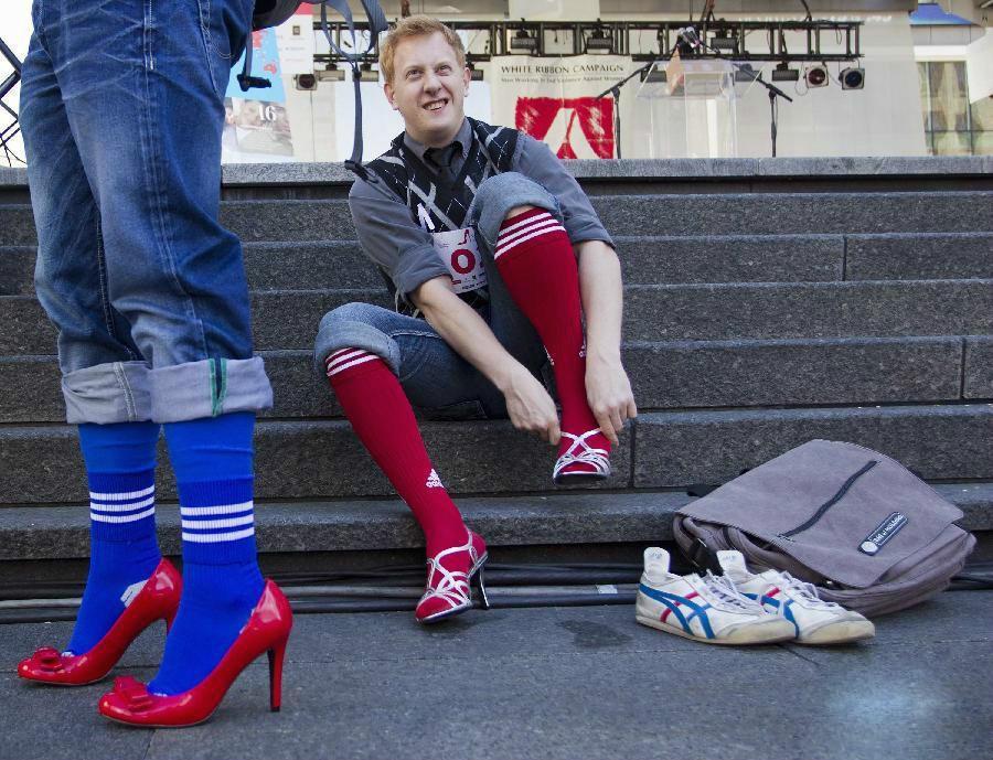 近日,一组男子穿高跟鞋狂奔比赛的图颇受大家欢迎,男人穿上高跟鞋奔跑图片