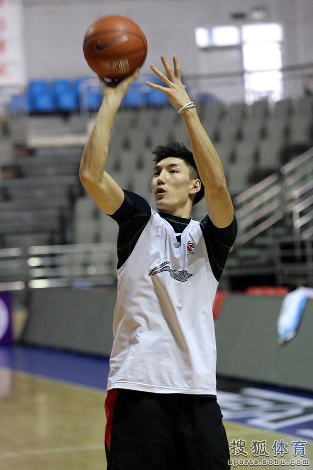 手握篮球简笔画