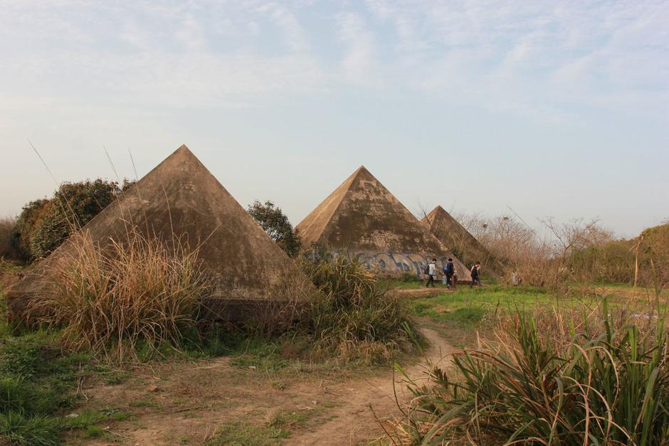 在金字塔,神庙建筑等废弃景点前支起帐篷