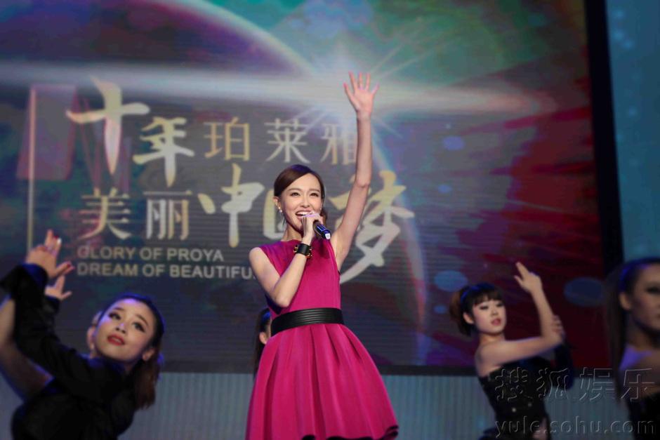 唐嫣为代言放歌杭州低调进组拍摄《千金女贼》_