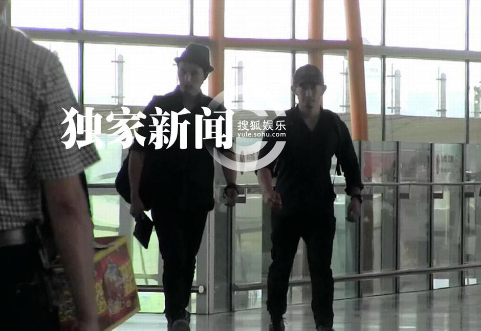 独家:陈坤与男助理回京 低头玩游戏神情投入图片