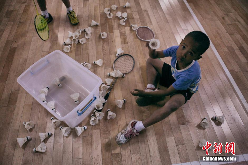 """高清图:""""中非""""的羽毛球梦 小孩子拥有大梦想"""