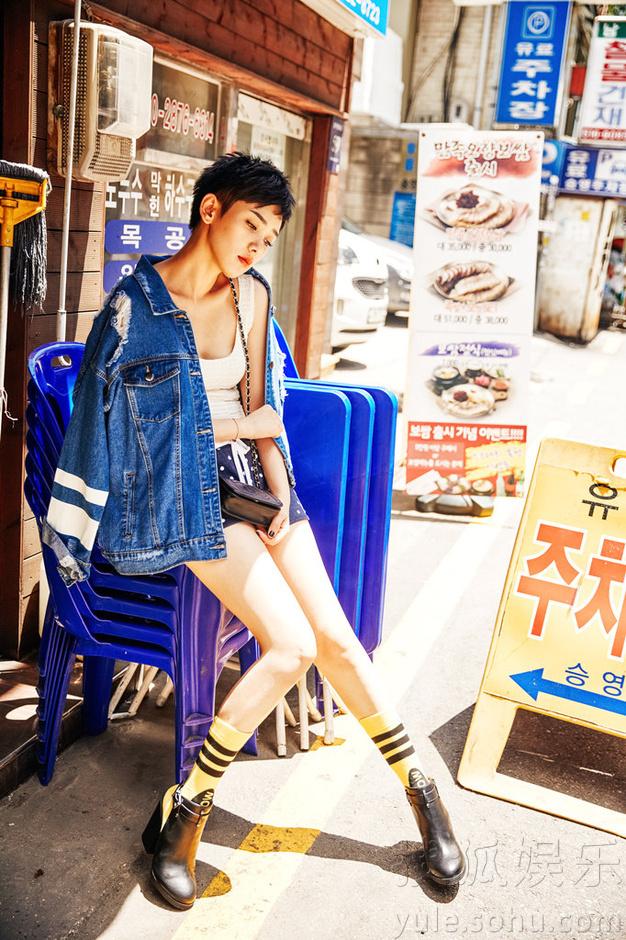 李晓峰演绎时尚牛仔风 甜美热辣格调十足