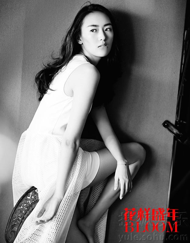 童瑶再登杂志封面 轻薄纱裙尽展复古时尚