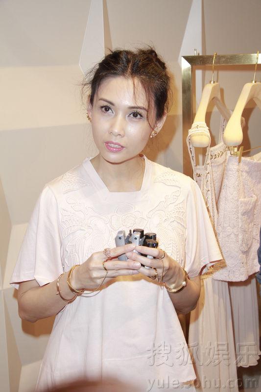 47岁邱淑贞穿美裙面嫩如少女 称大女儿想做模特