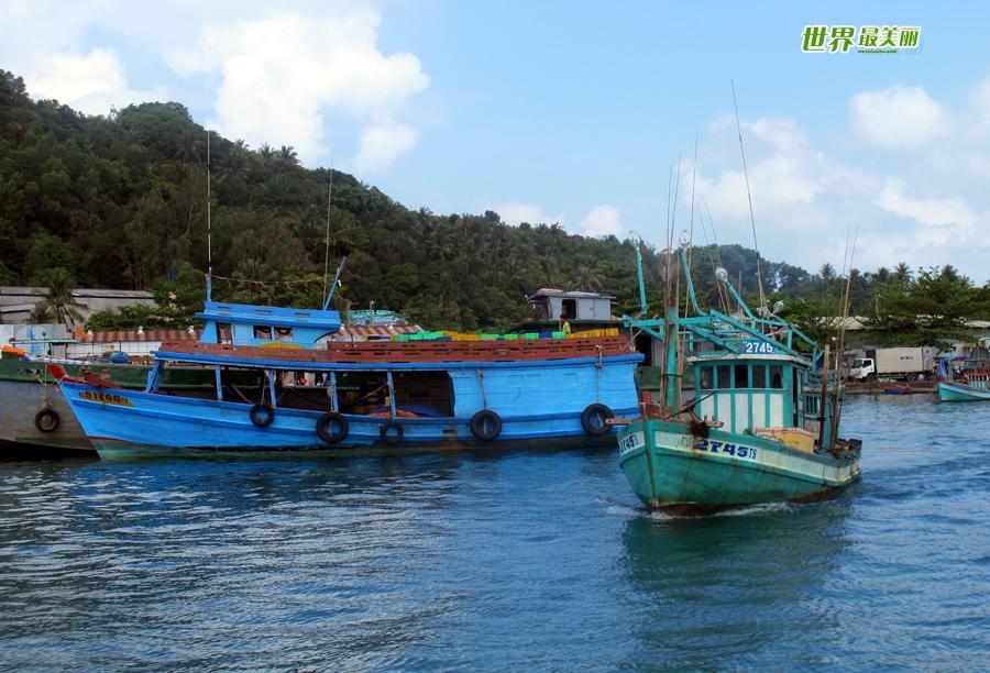 富国岛是一个得天独厚的旅游天堂,,素有珍珠岛之称,是越南第一大岛。其面积相当于岛国新加坡,人口约7万多。在这个还没有被过度开发的岛上,躺在海边的茅草伞下在烈日下吹着清爽的海风,或者在晚上眺望远处海上钓墨鱼船的点点渔火,就非常的快乐了,你还可以选择出海海钓、浮潜、游泳,还有连绵数公里水清沙幼的海滩可以漫步。如果能亲自出海钓鱼更是个不错的娱乐,富国岛真的是鱼多人少,往往一下竿没多久就会有鱼上钩了。