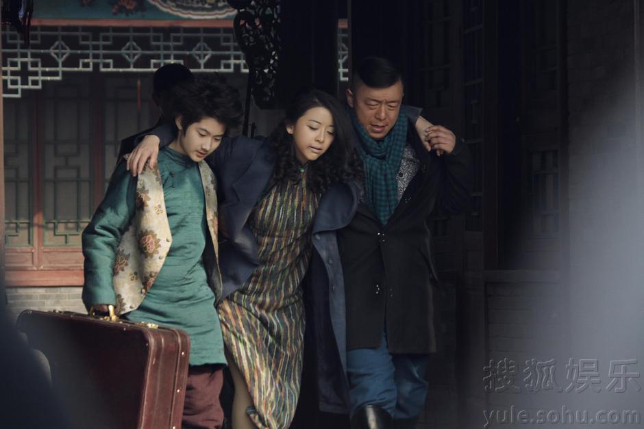 黄渤和黄小蕾的一组剧照曝光,黄小蕾饰演的宋雅娟出身八大胡同,以骗