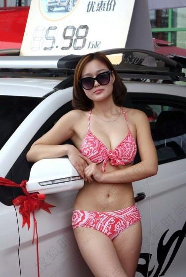 郑州车展车模摆大尺度动作引众人狂拍