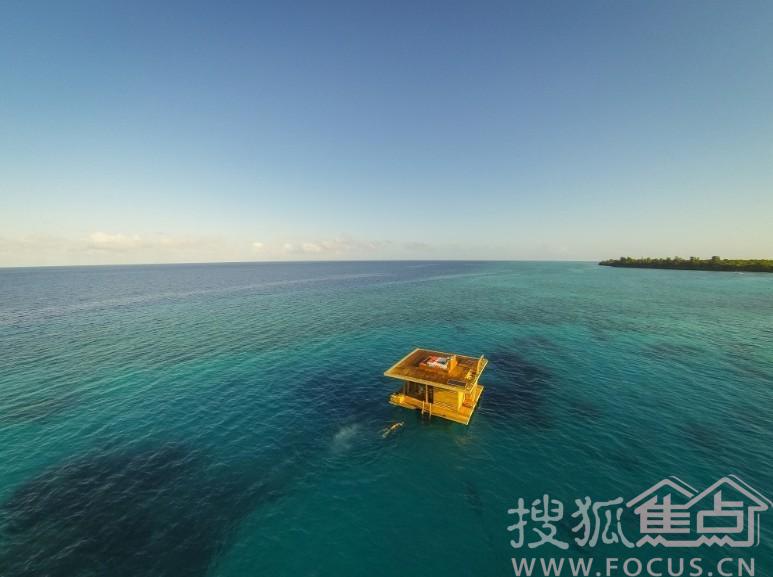 客人从岛上乘船到达这里,沿楼梯进入水下卧室,环绕房间的是360度水下